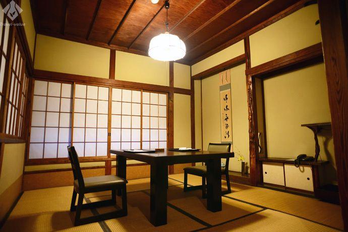 2階席はかつての温泉宿の落ち着いた客室