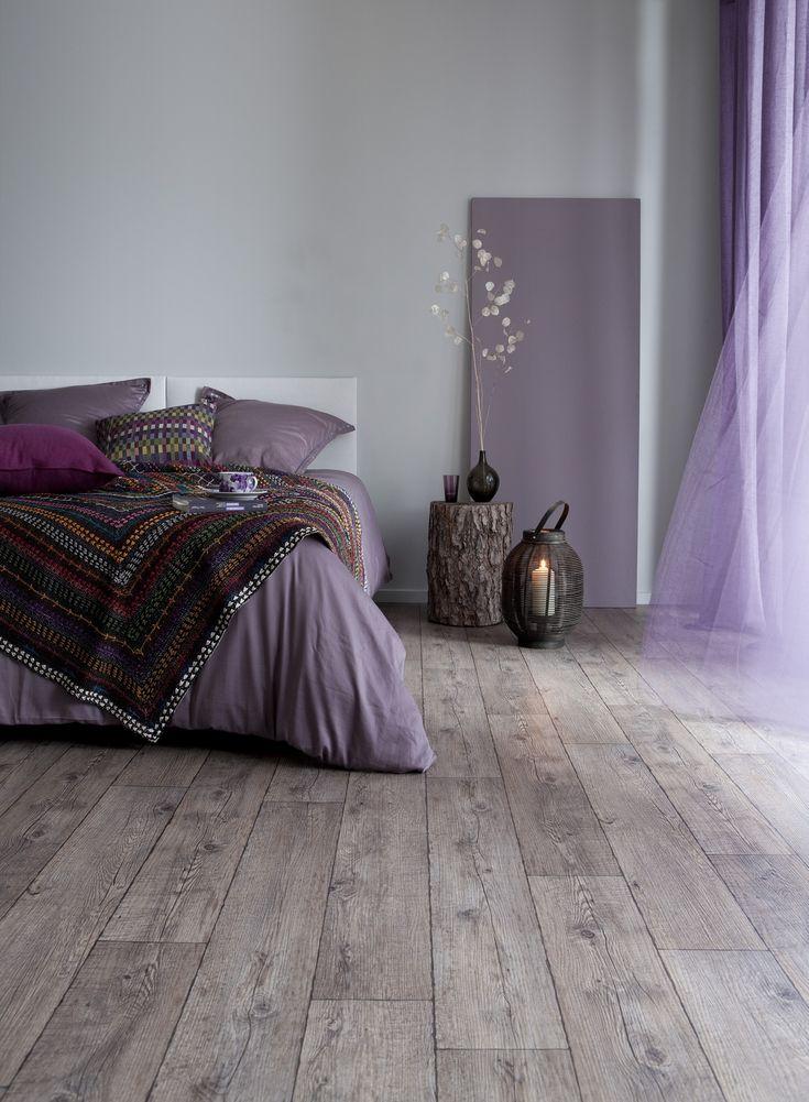 Väreillä ja sisustusratkaisuilla rauhallinen tunnelma makuuhuoneeseen. Sisustuksessa käytetyt tuotteet: Ideo Perfection -laminaatti.