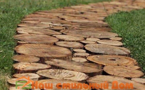 На даче или приусадебном участке частного дома не обойтись без обустройства специальных садовых дорожек. Их можно сделать из тротуарной плитки, забетонировать или заасфальтировать, использовать досчатый настил. Давайте рассмотрим такой вид дорожек, который можно изготовить самостоятельно: дорожки из спилов дерева. Основные преимущества и недостатки дорожек из древесины, а также некоторые нюансы технологии укладки дорожек из деревянных …