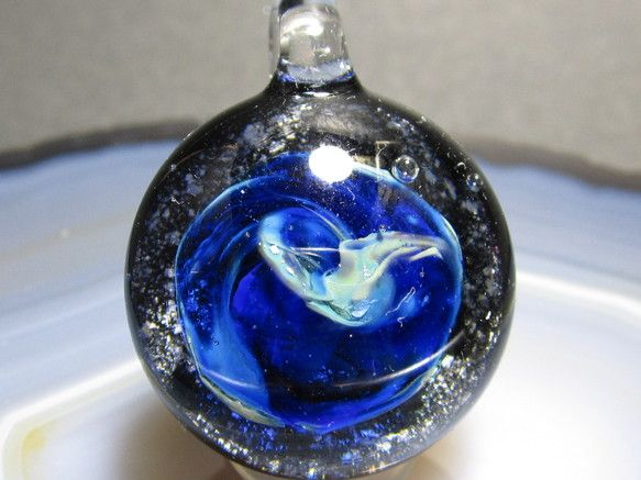 素材・佐竹ガラス(鉛ガラス)縦・約32mm(紐を通す部分を含む) 横・約22mm 重量・約15g(500円玉2枚位)青い惑星を作ってみました。同じモノができな...|ハンドメイド、手作り、手仕事品の通販・販売・購入ならCreema。