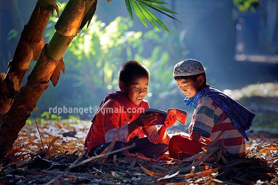 Membaca buku: Photo by Photographer Rarindra Prakarsa - photo.net
