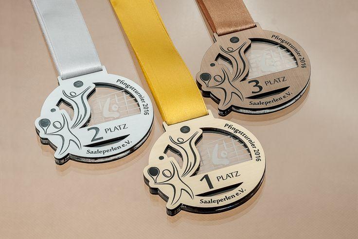 Medale na imprezę sportową z pleksi oraz laminatu na którym wygrawerowano grafikę oraz napisy.