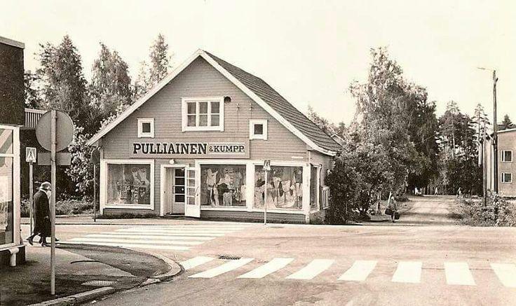 Kallenlatu ja Lappeentie. Imatran teatteri oikealla taustalla. Talo purettiin 70-luvulla.