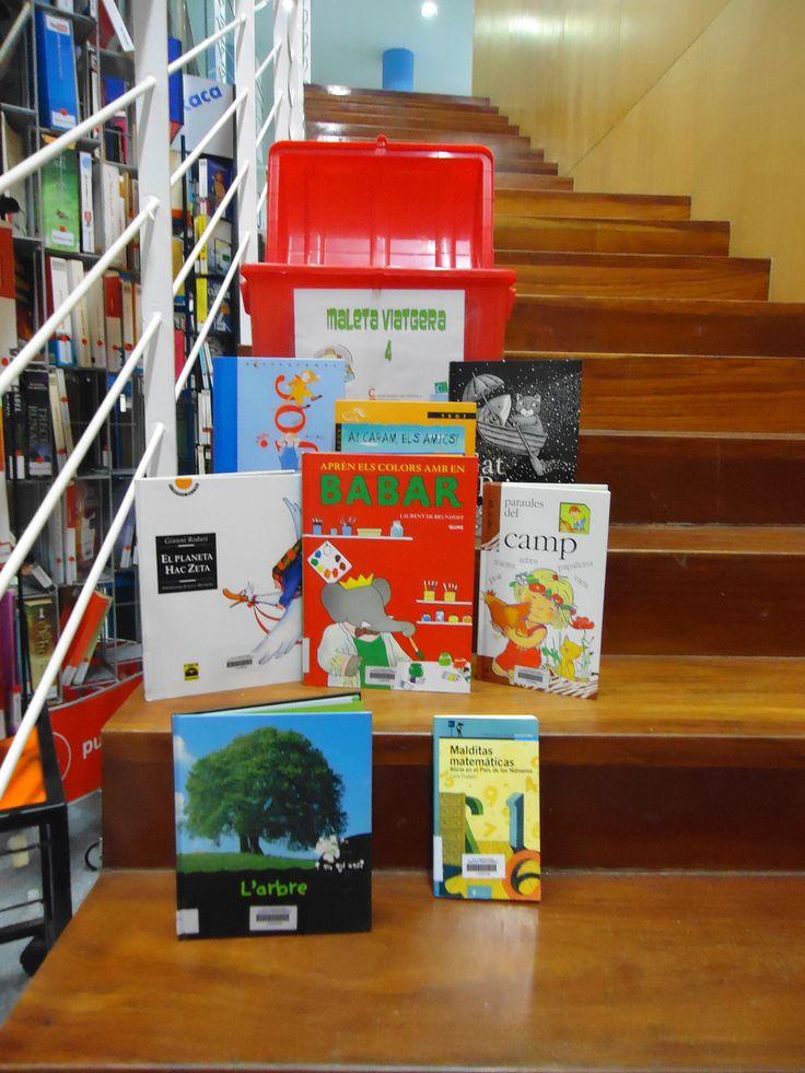 MALETA 4. Disposem de 6 maletes amb llibres variats de lectura i coneixements per al reforç de la Biblioteca escolar o d'aula