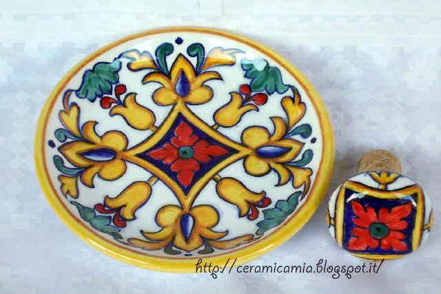 Ceramica che passione: Sottobottiglia e tappo in ceramica dipinti a mano