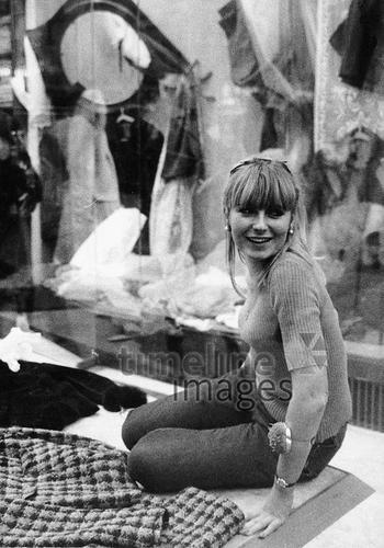 Junge Dekorateurin in Paris, 1964 leicar6/Timeline Images #60s #60er #Mode #Damenmode #Schaufenster