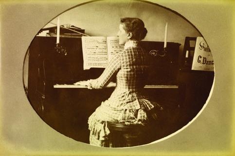 Princesa Isabel tocando piano