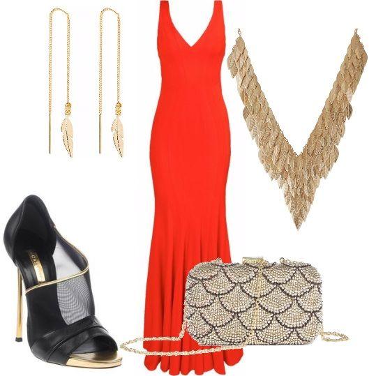 Abito da sera modello sirena rosso, con scollo a v e spalline larghe. Sandali neri con tacco dorato. Borsa da sera con motivo esterno disegnato dalle perle e catena dorata. Orecchini e collana pendenti a forma di foglia cadente, il tutto color oro.
