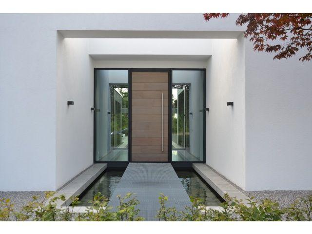 Houten garagedeuren op maat! Wij maken uw houten garagedeur naar wens. Ook wel houten sectionaaldeuren of hardhouten garagedeuren genoemd.