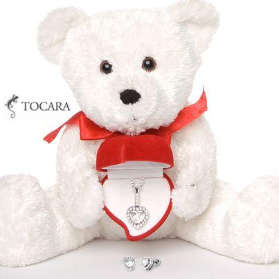 Qui pourrait résister à cet ourson de pluche ou au magnifique collier en forme de coeur Tara et boucles d'oreilles avec des pierres  DiAmi de Tocara?