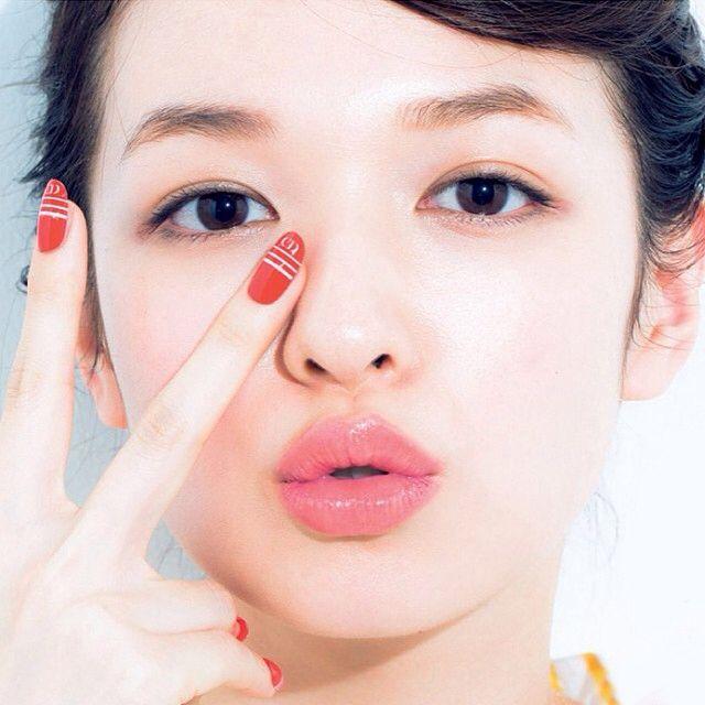 モデルの森絵梨佳さんは2008年に雑誌ゼクシィーのCMで一躍話題となりました。 透き通るようなモチモチ肌で、現在では女性がなりたい顔No.1と言われるほどの人気をもっています。 また、キリン「淡麗グリーンラベル」でのCMでは大泉洋さんと共演していて、笑顔がカワイイとこれまた話題になりました。 森絵梨佳さんと大泉洋さんが出演している、キリン「淡麗グリーンラベル」でのCM動画はこちら。 そんな現在人気沸騰中のなりたい顔No,1の森絵梨佳さんのように、フェミニンなナチュラルメイクを真似したい!という方も多いようです。 そこで今回は森絵梨佳さんのようなナチュラルメイクにするための秘訣を調べてみました! スポンサーリンク 森絵梨佳になれるメイク術(アイメイク編) 森絵梨佳さんのナチュラルのメイクの特徴はズバリ目と眉にあります。 まず、アイメイクの方法について調べてみました。 ナチュラルメイクの基本はブラウンのアイシャドウのようです。 ブラウンというカラーはメイク初心者でも非常に使いやすく、プラウンパレット一つで色々なナチュラルメイクができます。…