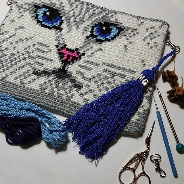 Cift kat Etamiorlonu ile örülmüş sihirli wayuu clutch -çanta bitti ,sırası sap ta.Surpiz fokus pokuslara devam #wayuuturkey #wayuufashion #wayuutürkiye #by_mariya #mariyagergi #crochetart #handmade #crochet #ruchnayarabota #exclusive #ozeltasarim #tasarım #hobimiseviyorum #kitens #cats #kitty #kitten #kitt
