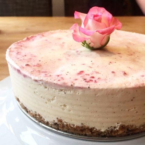 Åh, denna cheesecake alltså! Vi har sedan många år en matig kärlekshistoria ihop! Först i originalversion med socker och digestivekex, numer...