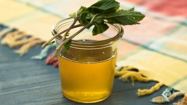 Das perfekte Zitronen-Ingwer-Minze-Sirup-Rezept mit Video und einfacher Schritt-für-Schritt-Anleitung: Den Ingwer in Stücke schneiden. Die Zitroneschale…
