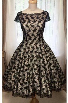 Korzetové retro šaty s jemnou černou krajkou - více barev korzetové celokrajkové šaty lodičkový výstřih a kratší rukávky materiál: satén a krajka kolová sukně s krajkovou bordurou kolem spodního lemu