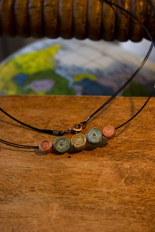 Multi color necklace!Materials: magazine,water based varnish #upcycling #crafts #paper