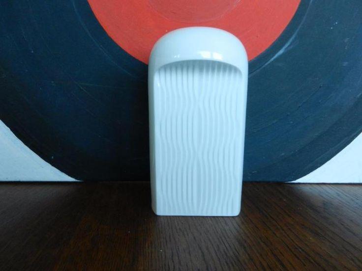 Eine Vase im Stil der 60ger Jahre. Streng und formschön. und vor allem wieder trendy. Aus dem Nachlass meiner Mutter und vollkommen in Ordnung.