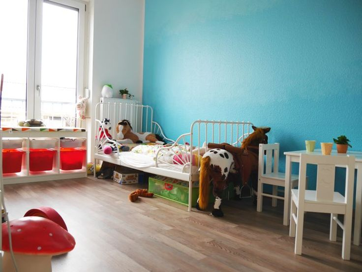 Children´s room Colored wall, blended turquoise