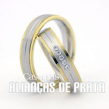 Par de alianças de compromisso em prata 950  Peso aproximado: 16 gramas o par  Largura: 8 mm  Pedra:  5 Zirconias  Filete em ouro 18k 750  http://casadasaliancasdeprata.com.br/