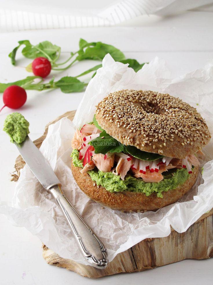 BAGEL integrali con pesto di avocado, salmone grigliato e ravanello.
