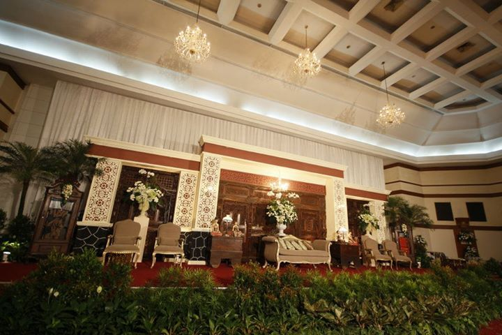 Pelaminan pada pernikahan adat Jawa seringkali ditandai dengan keberadaan gebyok yakni partisi berupa ukiran kayu.