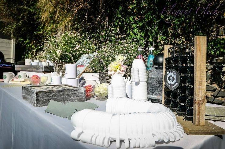 A Starbucks Wedding!!! Coffee there and to go, mug, sugar and much more.. Starbucks corner: angolo del caffè , dall'allestimento floreale alle tazze starbucks personalizzate, caffe, bustine di zucchero.. e tanto altro ancora.. Idea & realizzazione dell' angolo caffè  di EmozionarSì di Paolo Tocchi #starbucks #wedding #starbuckswedding #angolocaffè