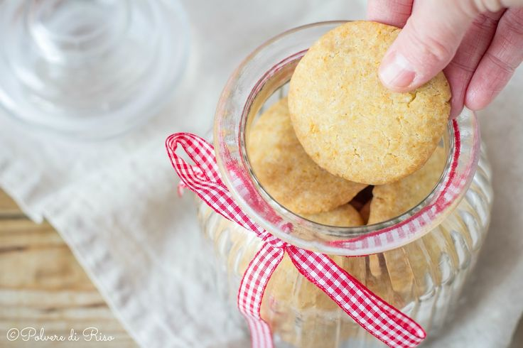 Ricetta facile e veloce dei biscotti friabili senza glutine, uova, nichel e lattosio. Ricetta vegan perfetta per una colazione light e leggera.