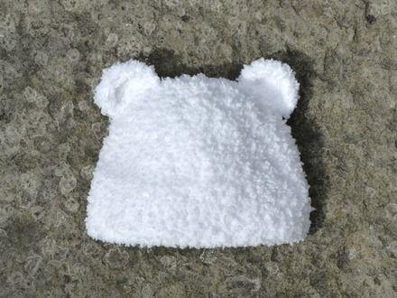 bonnet bébé en fourrure très douce. http://www.alittlemarket.com/chapeau-bonnet/fr_bonnet_bebe_fourrure_blanche_avec_oreilles_d_ourson_-12164949.html