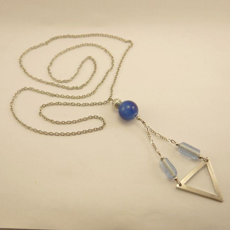 Sautoir triangle inversé en métal argenté, perles de verre tubulaires bleu ciel et bleu marine : Boucles d'oreille par geb-et-nout