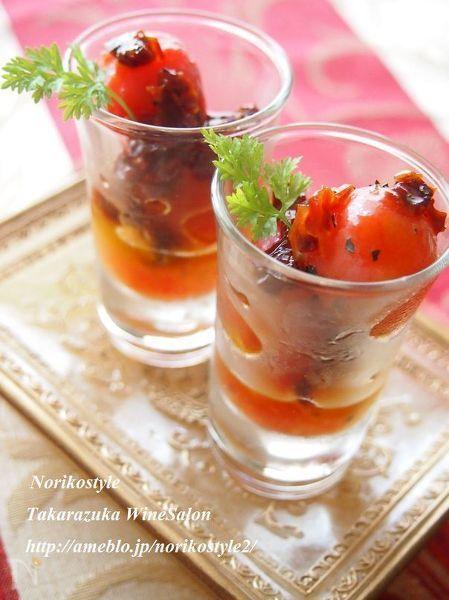 フレッシュのミニトマトとドライトマトをダブルで使用したおつまみです。ハチミツで甘めにマリネします。ミニトマトは凍らせて皮を剥くので、フローズンのままでも美味しいです。