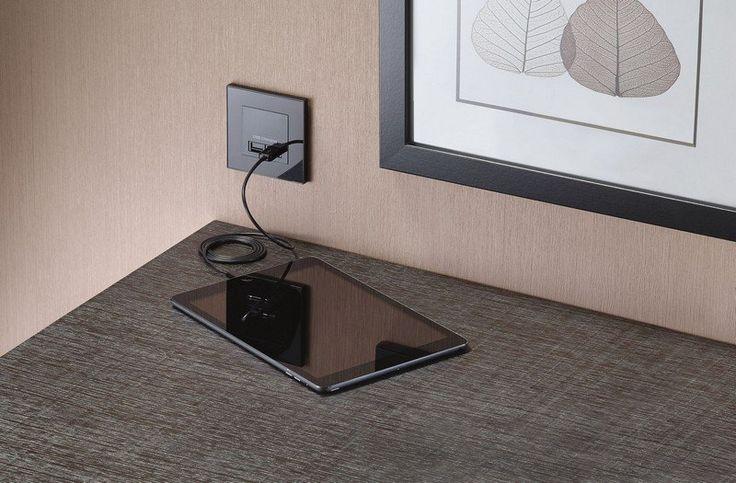 Steckdose und USB-Ladestation für Tabletts in einem