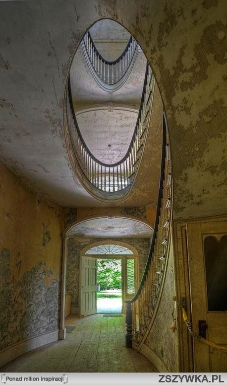 Lovely hall and staircase/stairwell