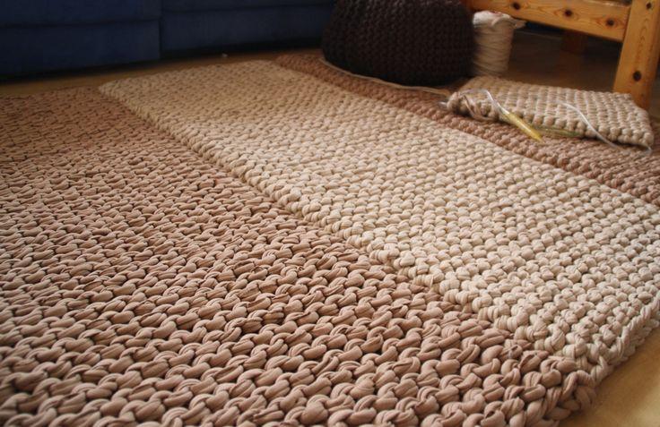die besten 25 gestrickter teppich ideen auf pinterest strickteppich gem tliches deko f r. Black Bedroom Furniture Sets. Home Design Ideas