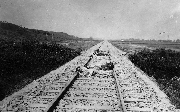 IlPost - Dormendo sui binari - Operai cinesi si riposano sui binari della ferrovia tra Shanghai e Nanchino, nel 1924 (Topical Press Agency/Getty Images)