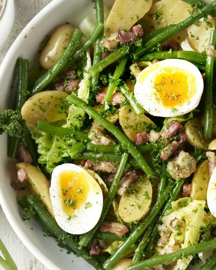 Een ware klassieker van over de taalgrens: Luikse salade oftewel salade Liègoise. Een heerlijke maaltijdsalade met krieltjes, krokante spekjes en boontjes.
