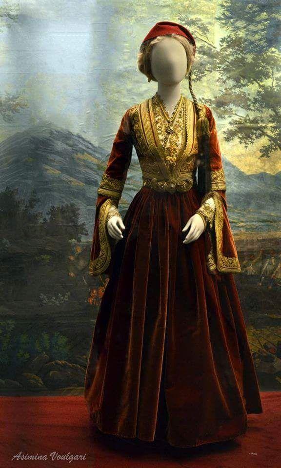 Ενδυμασία της Γεωργίτσας Πετμεζά, εγγονής του Θεόδωρου Κολοκοτρώνη. Φωτογραφία: Ασημίνα Βούλγαρη