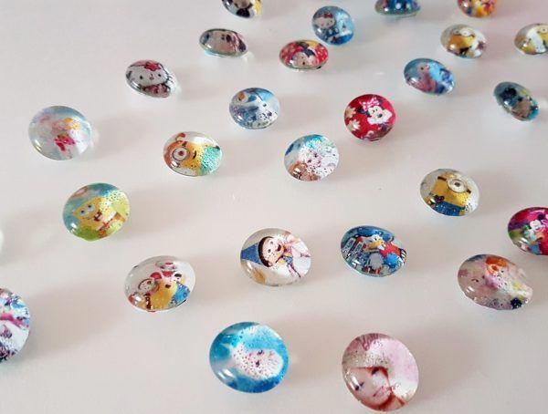 Glasmagnete selber machen! Einfache DIY Anleitung für selbstgemachte Magneten aus Glasnuggets. Eine individuelle Geschenkidee für Erwachsene.