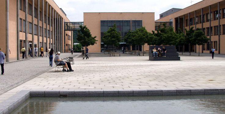 """THD - Technische Hochschule Deggendorf v""""FH-Deggendorf-Campus"""" von Technische Hochschule Deggendorf - own source. Lizenziert unter CC BY 2.5 über Wikimedia Commons."""