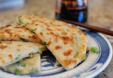 Çin Usulü Taze Soğanlı Pankek, Çin'de bizim peynir simit kadar popüler bir kahvaltılık. Genelde soya sütü ile servis ediliyor. Değişik tarifin malzemeleri;