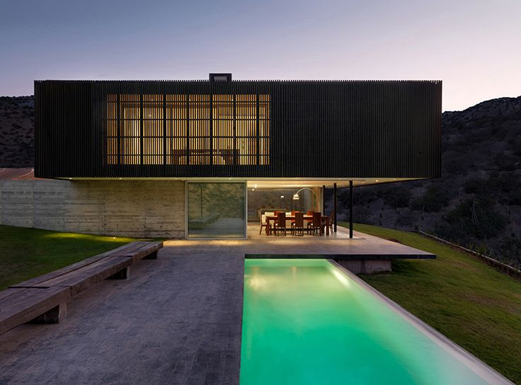 CASA O #WAA #arquitectura #arq #architects #architecture #arqchile #archdaily #houses #house #Chile #arquitecturachilena #obra #construccion #design #arquitecturalatinoamericana #homedetails #housedesign #building #instaarq #instaarch #instadesign #madera #wood #hormigon #concret #colina #fachada #celosia #pool #water #lights