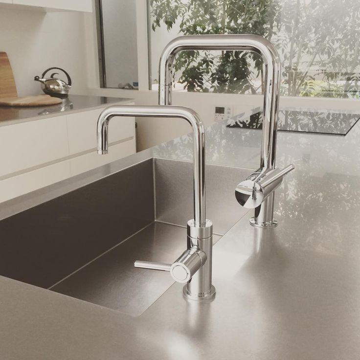 家造りマイルールの一つ。 フォルムを揃える。 キッチン水栓と浄水器水栓は全く違うメーカーなのにフォルムが同じ😆 違うのは蛇口を回す方向が何故か真逆。。😭 #キッチン水栓 #キッチン #浄水器 #アムスタイル#ミーレ #チェリーテラス#コンランショップ #注文住宅 #マイホーム #マイホーム完成 #ステンレスキッチン #グローエ #クリンスイ #モダンインテリア #glohe #miele #amstyle#kitchen#instahome