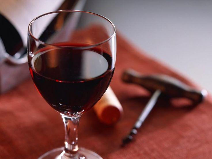 ¿#SabíasQue al momento de servir el vino no se debe llenar la copa? Esto porque el vino necesita espacio para liberar su aroma #TipsVinosNobles www.vinosnobles.com Foto vía http://goo.gl/3g6cnY