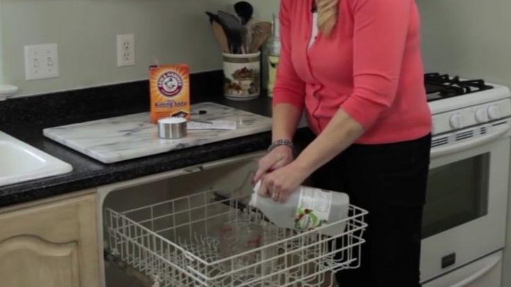 Wenn du in deinem Haushalt nicht ausschließlich Pappbecher und -Teller verwendest, musst du gelegentlich Geschirr spülen. Für die meisten Menschen zählt diese Tätigkeit nicht unbedingt zu ihren Lieblingsbeschäftigungen. Daher ist es nützlich, wenn du eine Spülmaschine besitzt. Freue dich nicht zu früh.