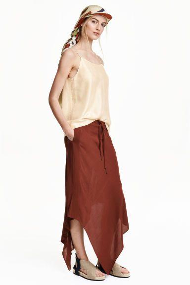 Асимметричная юбка: STUDIO COLLECTION. Юбка длиной до середины икры из текстурной вискозной ткани. Резинка и кулиска на талии, а также ложный гульфик. Асимметричный крой подола. Без подкладки.
