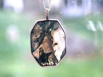 Vous l'aurez compris cette pierre tire son nom de son aspect, et je dosi dire que je la trouve vraiment magnifique !    C'est quoi l'agate mousse ?   Il s'agit d'un quartz (silicate), qui fait parti de la famille des calcédoines, elle comporte des inclusions de chlorite, hornblende, ce sont de pe...