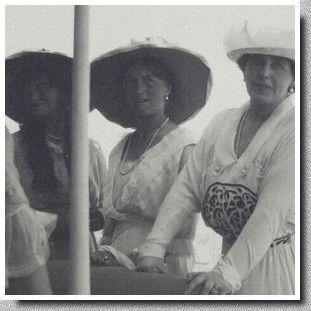 Les derniers Romanov - Olga et Maria - Les Grandes-Duchesses Maria et Olga avec la reine Marie de Roumanie. Marie est la mère du prince Carol, futur Carol II de Roumanie, qui demanda la main d'Olga en 1914, puis celle de Maria en 1915.