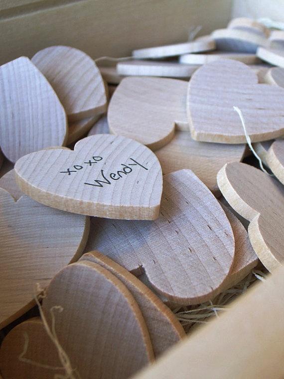 Une alternative au livre d'or : une boite remplie de coeurs en bois sur lesquels chaque invité peut signer