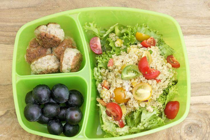 Net als het slaatje met quinoa en zalm is dit een ideaal lunch slaatje. Je kan de sla vooraf wassen en kuisen en hem in een goed afgesloten doos tot 3 dagen in de koelkast bewaren. Ook de quinoa en de balletjes kunnen tot 3 dagen vooraf gekookt en klaargemaakt worden. Bewaar alles in