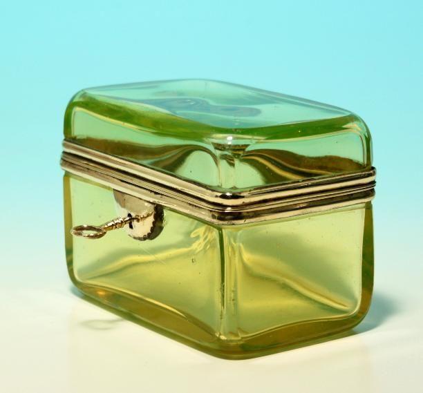 Biedermeier Uranglas Zuckerdose circa 1840; Zucker war zu dieser Zeit sehr teuer und wurde in Abschließbaren Dosen vor Naschkatzen verwahrt.