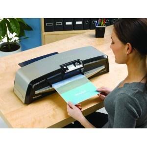 La plastificadora Fellowes VOYAGER A-3, es una máquina de alto rendimiento ideal para uso profesional en la oficina, centros educativos, academias, copisterias, etc. Gran calidad en los acabados.